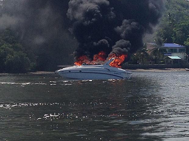 Lancha que fazia travessia em Nova Cruz (PE) pegou fogo completamente, na tarde deste sábado (Foto: Marcelo Borges / Acervo pessoal)
