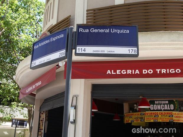 As típicas plaquinhas com os nomes das ruas do bairro, com um boteco ao fundo (Foto: Carol Caminha/TV Globo)
