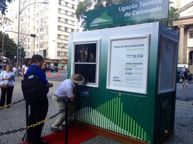Turistas compravam ingresso para o Cristo Redentor na manhã desta terça (Foto: Cristiane Cardoso/G1)