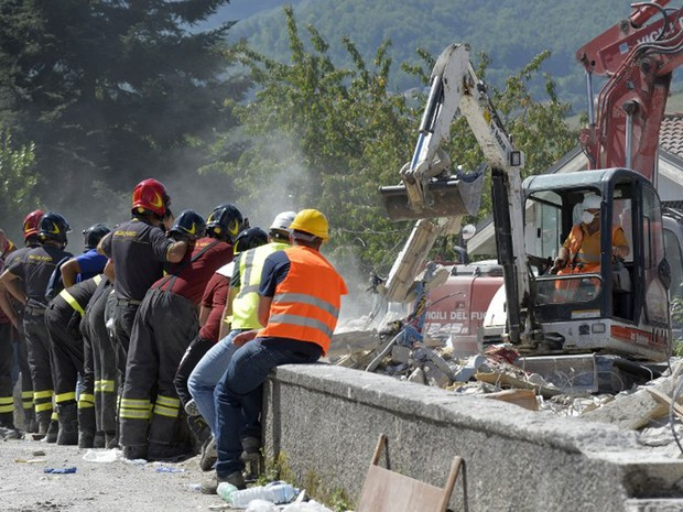 Equipes de resgate continuam a fazer buscas por sobreviventes do terremoto na cidade de Amatrice, nesta sexta-feira (26) (Foto: Andreas Solaro / AFP)