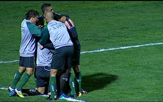 América-MG comemora gol contra o Paraná (Foto: Reprodução / Premiere FC)