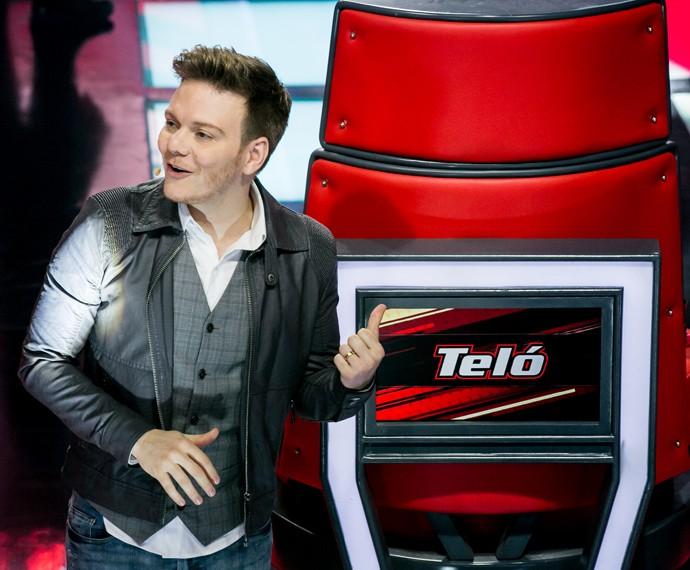 Michel Teló posou orgulhoso em sua cadeira  (Foto: Isabella Pinheiro / Gshow)
