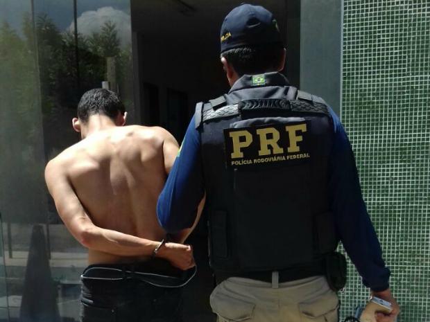 Dois suspeitos foram presos com drogas nas bagagens em Russas, no interior do Ceará (Foto: Divulgação/PRF)