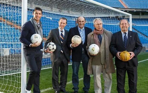 Cristiano Ronaldo e ídolos do Real Madrid (Foto: Site oficial do Real Madrid)