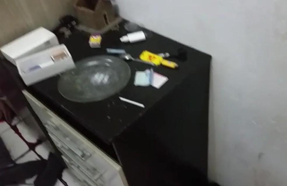 No local, foram encontradas drogas  (Foto: Divulgação/PM)