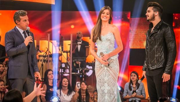 Luciano Huck recebe no Caldeirão de Ouro a atriz Camila Queiroz e o cantor Luan Santana, entre outras atrações (Foto: Globo)