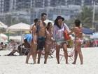 Débora Nascimento e José Loreto curtem tarde na praia juntinhos