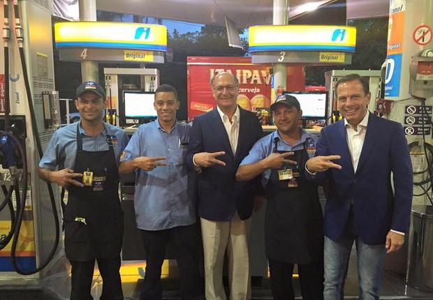 Geraldo Alckmin posa ao lado de João Doria e de funcionários de posto em SP (Foto: Reprodução Facebook)