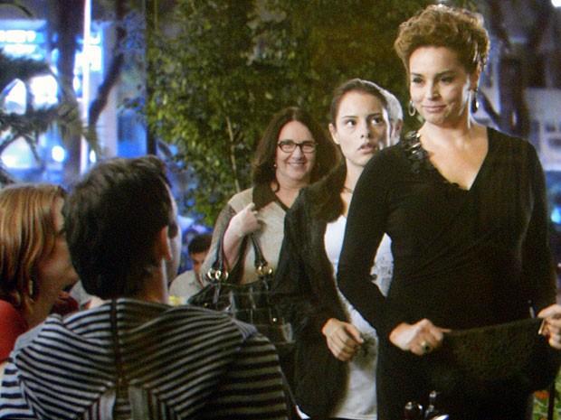 Para surpresa de todos, Jáqui mantém a calma e cumprimenta Kléber e Priscila (Foto: Amor Eterno Amor/TV Globo)