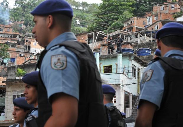 Policiais armados são vistos em UPP instalada na Favela da Rocinha, no Rio de Janeiro (Foto: Valter Campanato/Agência Brasil)