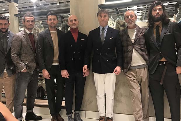 Brunello Cucinelli (centre, in white trousers) with models wearing A/W 2017 looks that are suitable for all ages (Foto: @SUZYMENKESVOGUE)