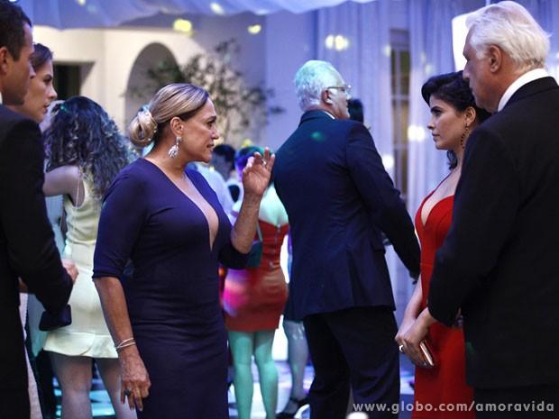 Pilar não se aguenta e resolve falar umas verdades na cara de Aline (Foto: Amor à Vida/TV Globo)