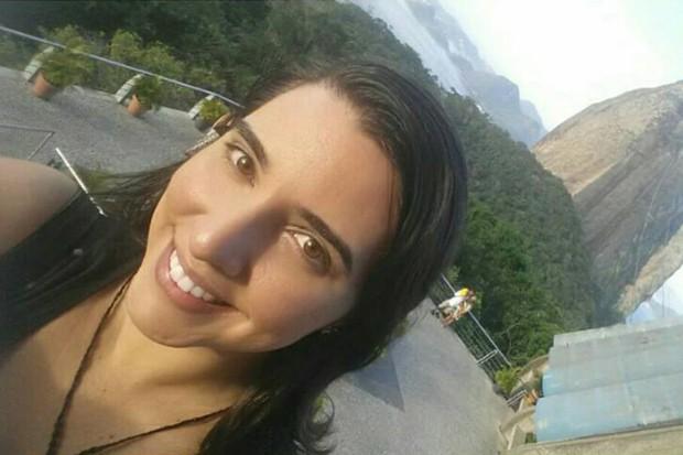 Danielle Fortuna, de 29 anos, teve trombose aos 18, depois de começar a tomar anticoncepcional: ela criou petição para que médicos solicitem exame para verificar risco da doença antes de receitarem contraceptivo. (Foto: Danielle Fortuna/Arquivo Pessoal)
