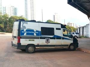 Dois dos quatro carros-cela usados nas escoltas estão quebrados no RN (Foto: Felipe Gibson/G1)
