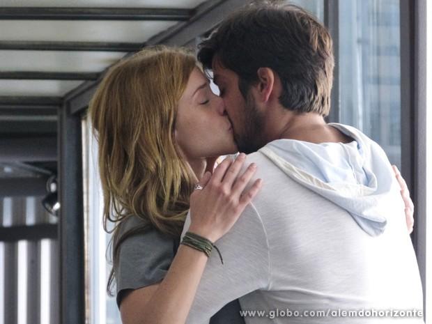 Marlon beija Paulinha, mas leva outro fora: 'Você é meu irmão' (Foto: Além do Horizonte/TV Globo)