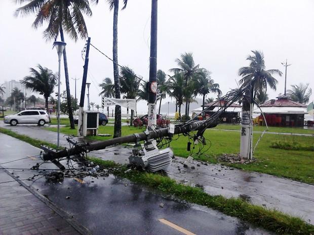 Poste desabou e caiu em cima de ciclovia em São Vicente (Foto: Roberto Strauss/Arquivo Pessoal)