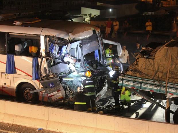 Acidente envolvendo ônibus e caminhão deixou diversos feridos na Rodovia Fernão Dias (Foto: MICHELLE SPREA/SIGMAPRESS/ESTADÃO CONTEÚDO)