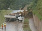 Trecho de rodovia é interditado por causa de deslizamento em Valinhos