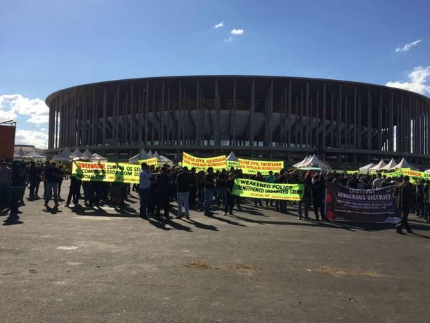 Policiais civis do Distrito Federal fazem ato por salários no perímetro de restrição do estádio Mané Garrincha, em Brasília (Foto: Alexandre Bastos/G1)
