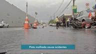 Pista molhada causa acidentes na Capital na manhã de sábado