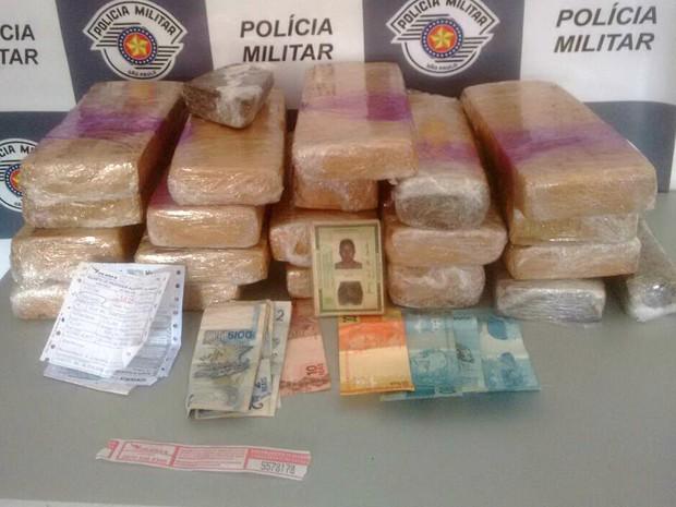 Mais de 20 tabletes de maconha foram apreendidos dentro de ônibus na Castello (Foto: Polícia Rodoviária/Divulgação)