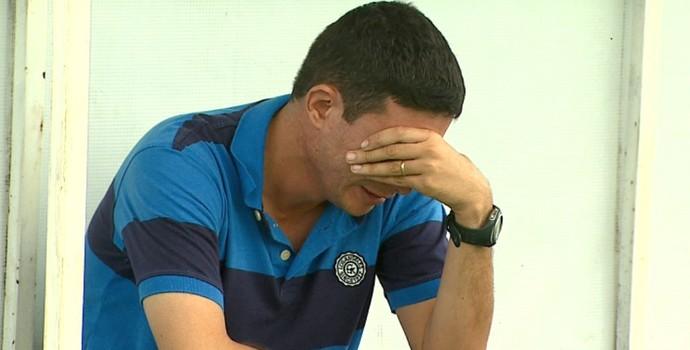 Rodrigo Ramos, supervisor de futebol do São Carlos, chora após rebaixamento (Foto: Marlon Tavoni/EPTV)