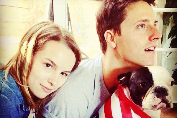 O casal Bridgit Mendler e Shane Harper, astros do seriado 'Boa sorte, Charlie', também adora os animais! Olha só que graça o pug de Harper comemorando o feriado de 4 de julho. (Foto: Reprodução/Instagram)