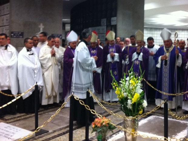 Dom Orani durante a benção junto ao túmulo de dom Eugenio (Foto: Alba Valéria Mendonça/G1)