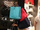Grávida, Juliana Paes passeia em shopping do Rio e exibe barriguinha