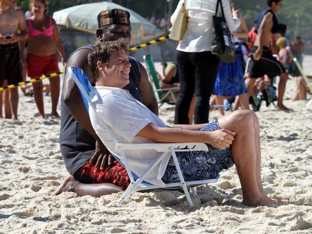Fábio Porchat gravando na praia de Ipanema, RJ (Foto: Wallace Barbosa/AgNews)