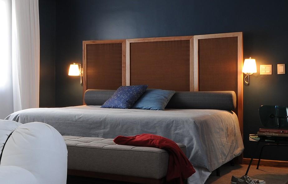 O designer de interiores Marcel Steiner transformou o biombo em cabeceira neste quarto, com visual masculino