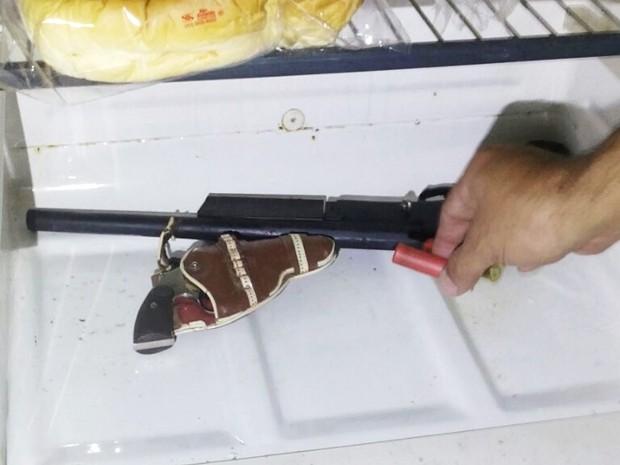 Policiais encontram arma dentro de geladeira em funcionamento  (Foto: Divulgação / Polícia Militar)