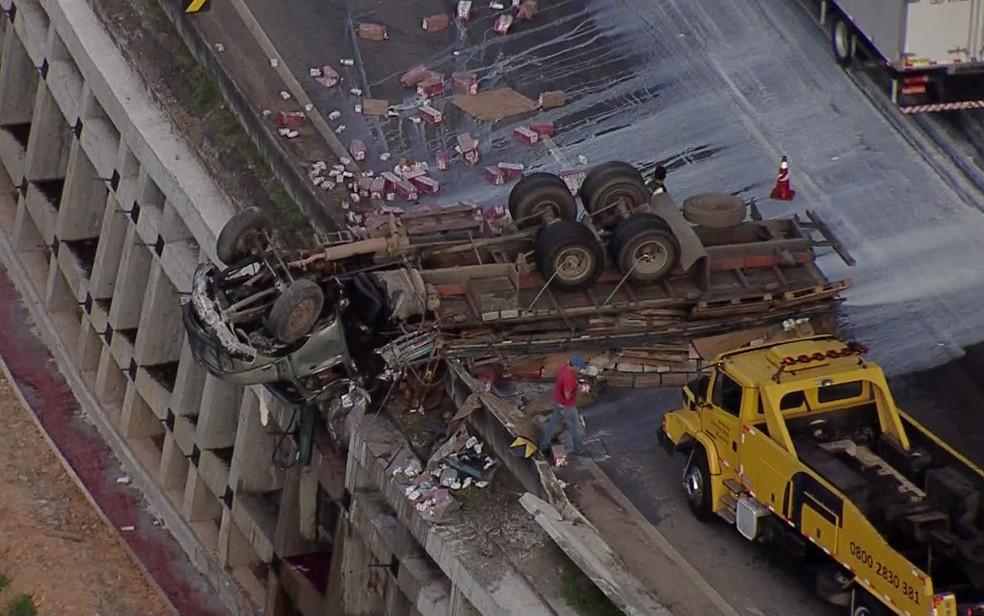 Caminhão capota e fica pendurado em penhasco na Rodovia Fernão Dias, em Mairiporã (Foto: TV Globo/Reprodução)