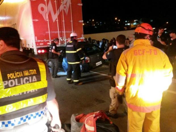 Carro ficou embaixo de carreta (Foto: Rodrigo Maia/ TV Gazeta)