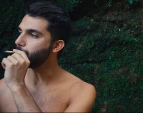 Silva em seu novo clipe Feliz e Ponto (Foto: Reprodução/Youtube)