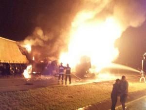 Veículos pegaram fogo após batida na BR-116 (Foto: Polícia Rodoviária Federa/Divulgação)