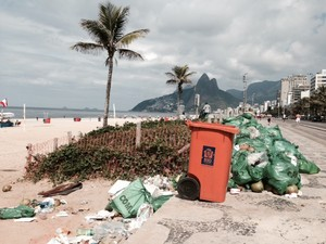 A orla de Ipanema estava mais limpa, no entanto, ainda tinha lixo  acumulado manhã desta sexta-feira (7).  (Foto: Guilherme Brito / G1)