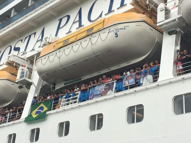 Público aguarda chegada de Roberto Carlos (Foto: Lucas Pasin / EGO)