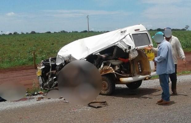 Acidente com Kombi escolar mata duas crianças e fere onze na GO-173, em Goiás (Foto: Divulgação/PM)