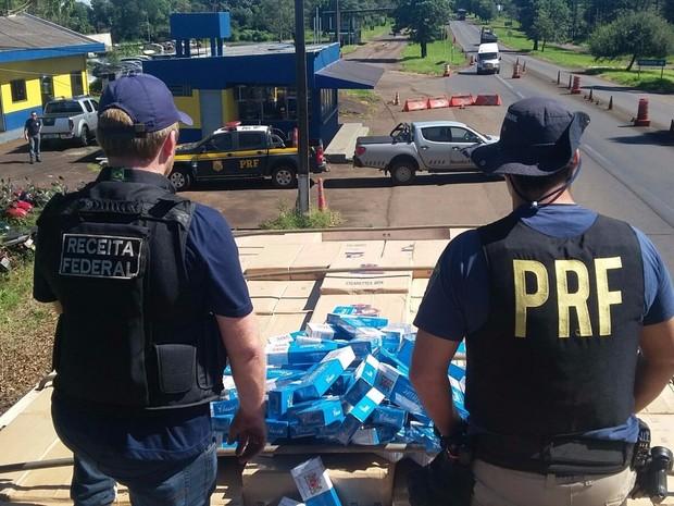Em 2015, a PRF apreendeu mais de 20 milhões de maços de cigarros contrabandeados do Paraguai em abordagens nas estradas do Paraná (Foto: PRF / Divulgação)