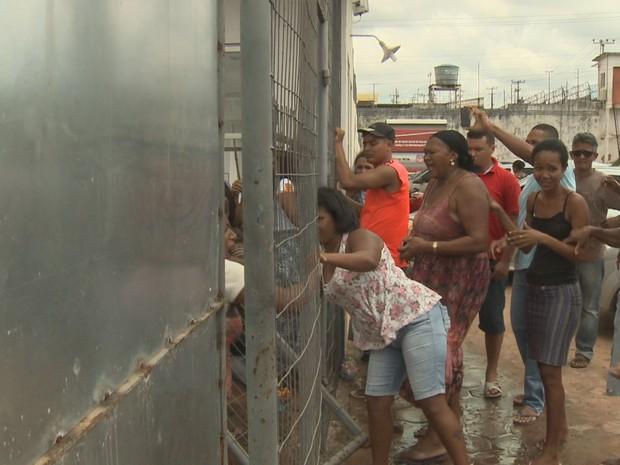 Mulheres conseguiram derrubar um portão do Presídio São Luís 2 (Foto: Reprodução/TV Mirante)