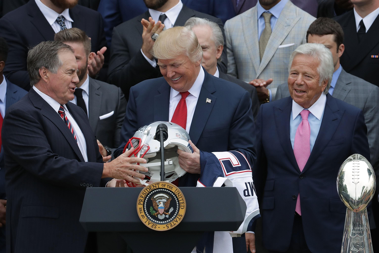 Donald Trump recebe o técnico Bill Belichick  e o dono do New England Patriots, Robert Kraft. (Foto: Getty Images/ Chip Somodevilla)