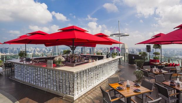 Área externa do restaurante Ce' La Vi, em Cingapura (Foto: Divulgação)