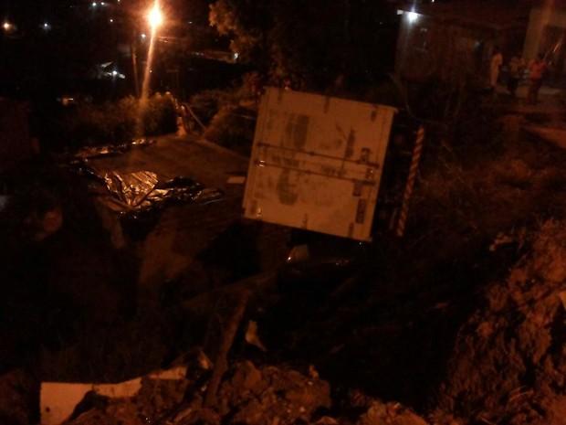 Moradores precisaram ser retirados de suas casas devido ao risco de queda do caminhão (Foto: Corpo de Bombeiros/Divulgação)