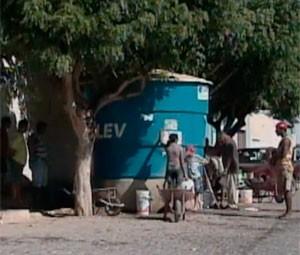 Moradores de Luis Gomes sofrem com a falta d'água nas torneiras (Foto: Reprodução/Inter TV Cabugi)