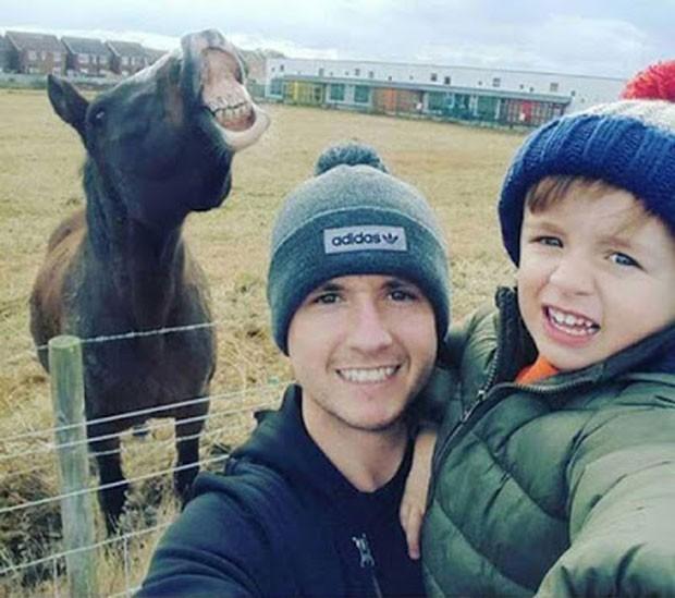 Selfie cavalo sorridente ao fundo havia ganhado prêmio (Foto: Reprodução/Thomson Holiday's 'Made Me Smile)