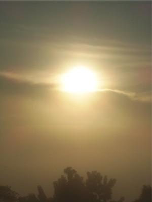 Sol aparece em meio à névoa na capital (Foto: João Laud/RBS TV)