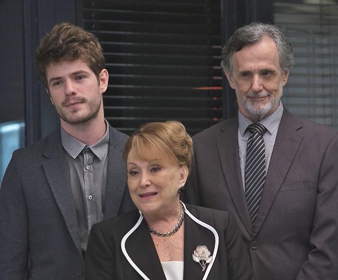 Izabelita chega a reunião acompanhada do neto e do advogado para anunciar decisão (Foto: TV Globo)
