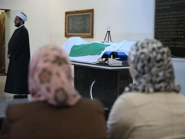 Razan, a viúva (à dir.,), no velório do marido (Foto: Gabriel Chaim/G1)