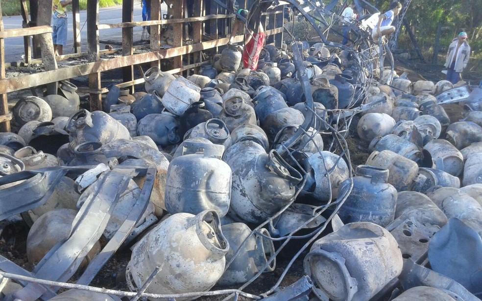Carreta que transportava gás tomba em Ibirapitanga e pega fogo (Foto: Divulgação/Polícia Rodoviária Federal)
